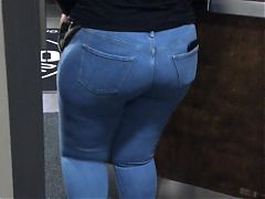 Thick Black Blonde throwing some ass in the building